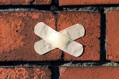 Pansements en croix sur un mur.