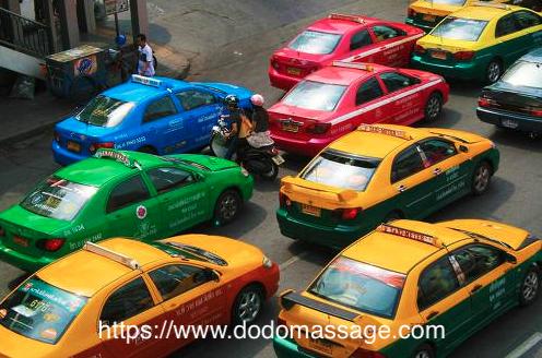 미터기가 없는, 서 있는 택시를 이용하는 행위