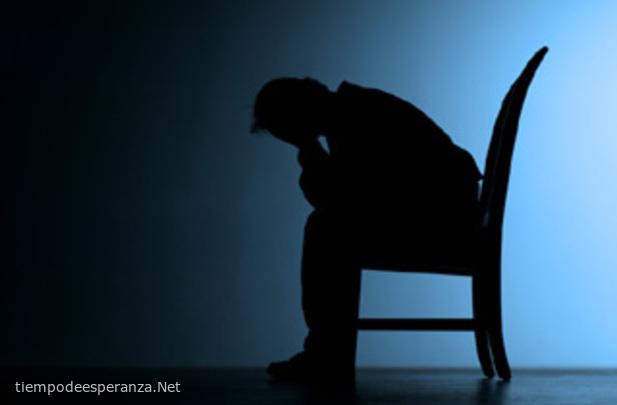Hombre angustiado y sufriendo