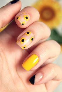 uñas sencillas con flores amarillas