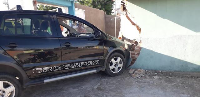 Em Delmiro Gouveia, condutor de veículo colide em muro de residência