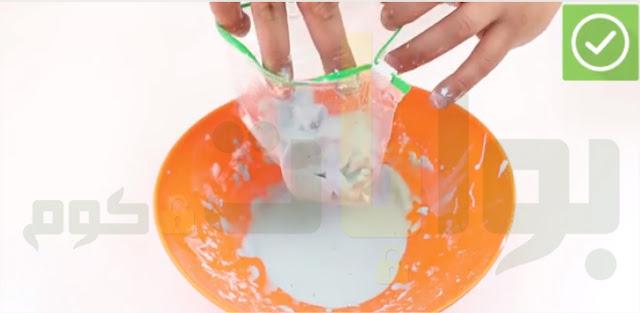 ضع السلايم في كيس بلاستيكي. واحكم اغلاقه جيدًا اتخزينه والحفاظ عليه.