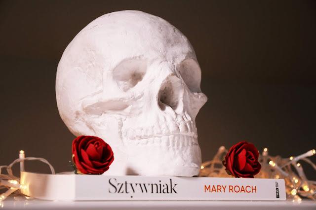 """230. Mary Roach """"Sztywniak. Osobliwe życie nieboczszyków"""""""