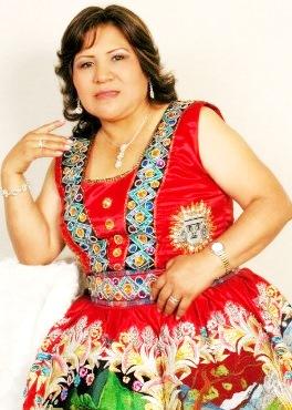 Foto de Perlita de Huaral con vestimenta rojo bordado