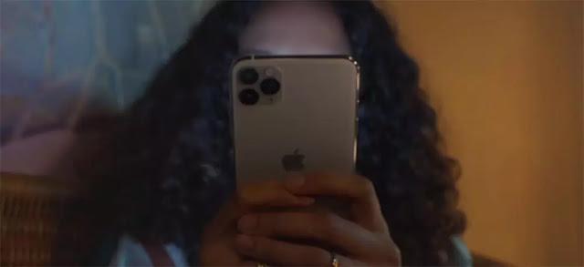 Una chica usando un iPhone 11 Pro Max