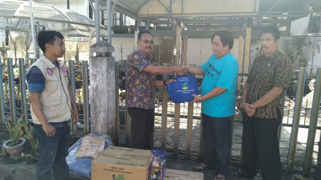 Dinsos Bone Serahkan Bantuan ke Korban Kebakaran di Kelurahan Biru