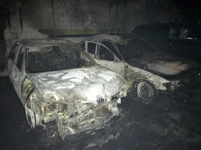 Dos de los cuatro coches alcanzados por el fuego