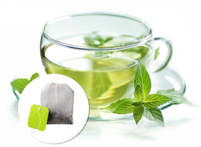 Astuce 4: faire infuser du thé (vert, noir) pour appliquer la poche sur l'oeil ce qui aide pour la circulation, le renouvellement cellulaire et le vieillisement.