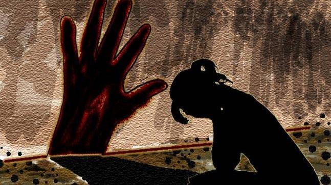 हेड मसाजच्या बहाण्याने महिलेवर बलात्कार