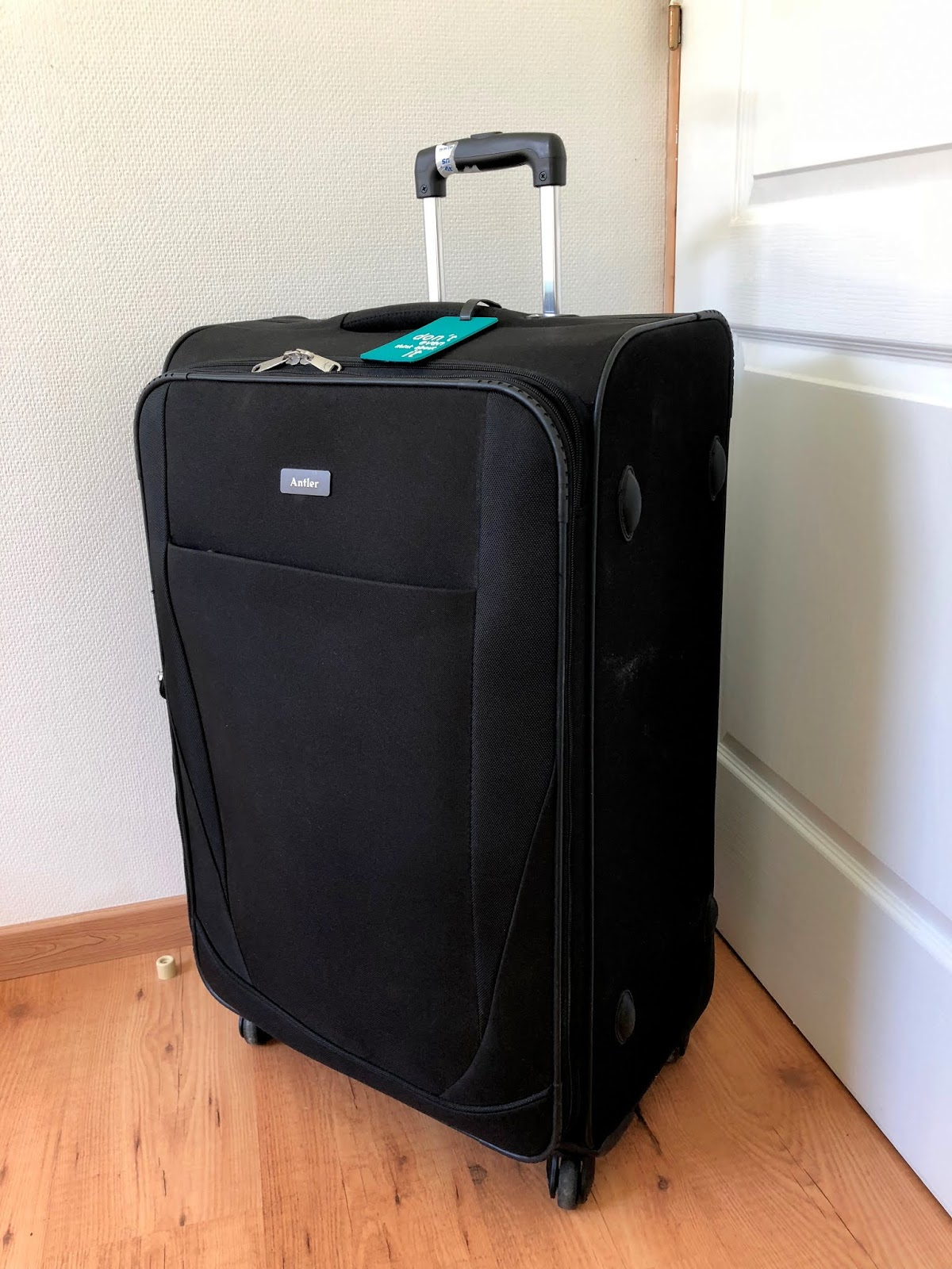 duża walizka podróżna czarna
