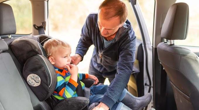 Épp a kisfiát kötötte be a gyerekülésbe a magyar apuka, amikor rémisztő dolog történt