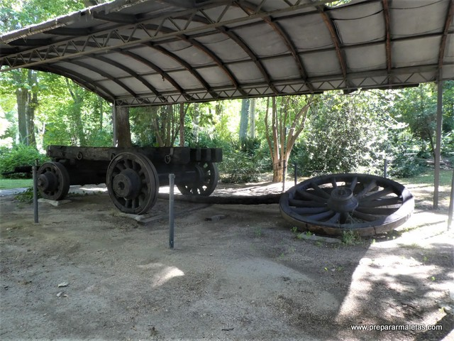Carro antiguo en el Campo del Moro de Madrid