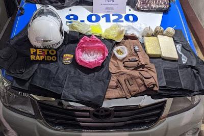 Uma mulher foi presa na noite de quarta-feira (1º), na localidade de Manguinhos, bairro de Pernambués, em Salvador, em posse de drogas, munições e granadas artesanais.  Segundo a Secretaria de Segurança Pública (SSP-BA), policiais da 1ª Companhia Independente de Polícia Militar (CIPM/Pernambués) faziam rondas no local, quando foram recebidos a tiros por comparsas da mulher, que conseguiram fugir.  No local, foram encontrados três granadas artesanais, dois tabletes de cocaína, 39 munições de calibre 380, seis capas de colete balístico, dois pares de placas balísticas e dois sacos com centenas de pinos vazios para embalar drogas.  Ainda de acordo com a SSP-BA, a mulher foi apresentada na Central de Flagrantes, onde foi autuada por tráfico de drogas e porte ilegal de arma de fogo. G1 BA