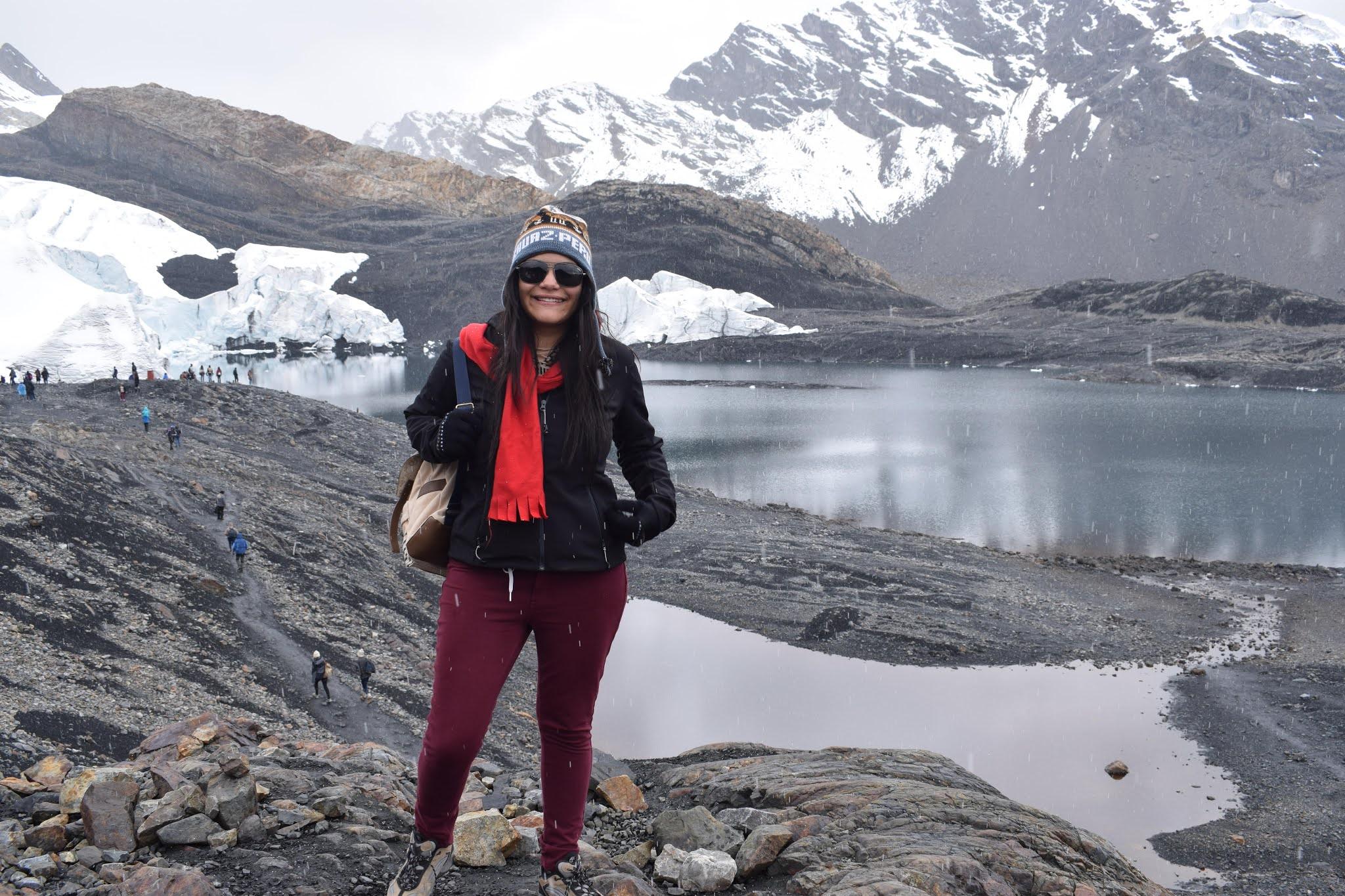 mulher com roupas de frio na neve