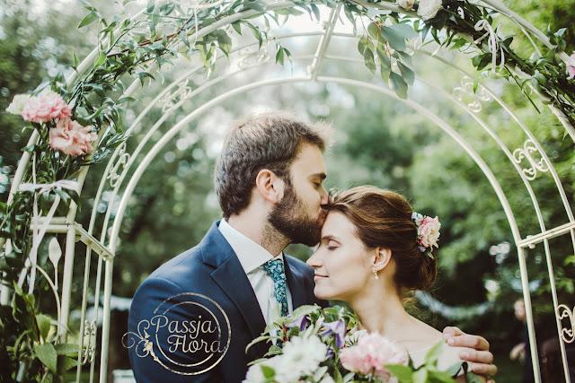 Plenerowy ślub w sadzie.