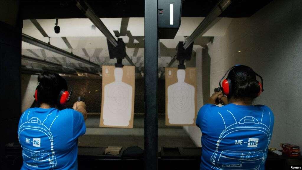 Nicole Navarro y Adriana Retana, quienes dijeron que quieran mejorar su puntería después de que un hombre armado mató a 22 personas en un Walmart, practican disparo en un campo de tiro en El Paso, Texas, el 12 de agosto del 2019 / REUTERS
