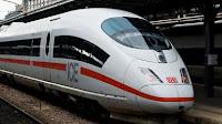 À la gare de Francfort, un Érythréen de 40 ans a été arrêté pour avoir poussé une femme et son enfant sous les rails d'un TGV. Le ministre de l'Intérieur fédéral a interrompu ses vacances pour se rendre sur place.