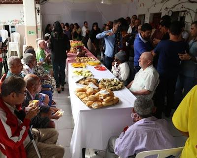 Prefeito Rogério Andrade é surpreendido em seu aniversário, durante visita ao Lar dos Idosos*