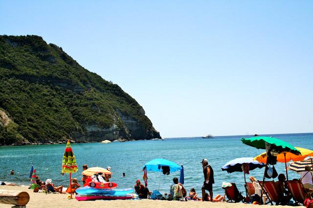 spiagge, sabbia, acqua, ombrelloni, turisti, mare, montagne,cielo,Isola, Ischia,spiagge