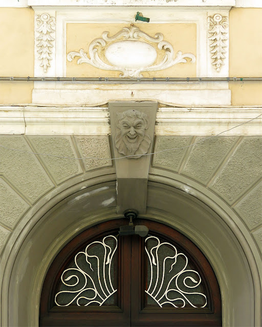 Front door with ornaments, Via Ernesto Rossi, Livorno