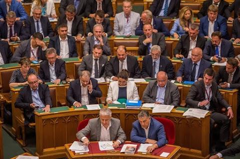 A kormány tagjait kérdezik a képviselők