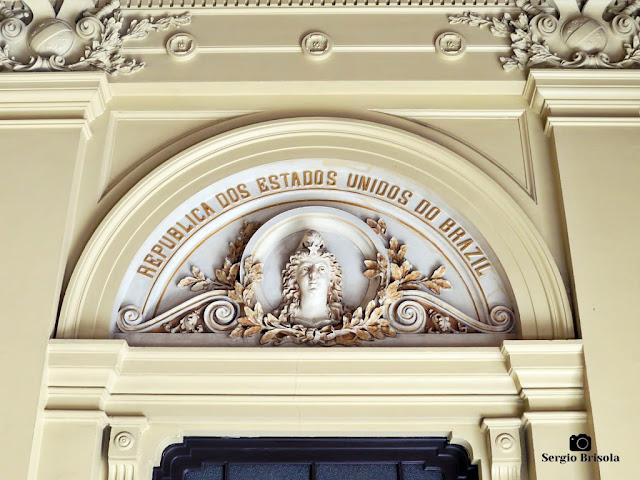 Close-up do frontão da entrada do Palácio Ernesto Leme - Centro - São Paulo