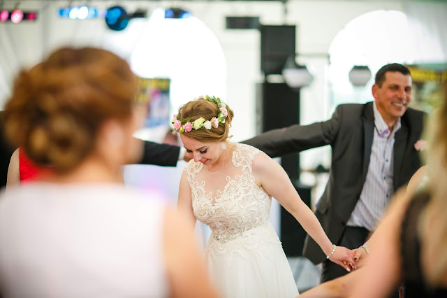 Panna młoda, zabawa weselna, wesele, zabawy weselne, biała suknia, wianek na głowie