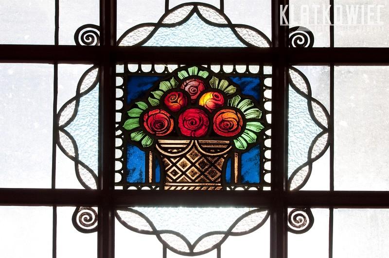 Złotów: witraż z koszem z kwiatami