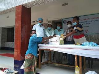 কয়রায় আম্পানে ক্ষতিগ্রস্থ  পরিবারে মাঝে খাদ্য সামগ্রী দিয়েছে ন্যাজ্যারীন মিশন