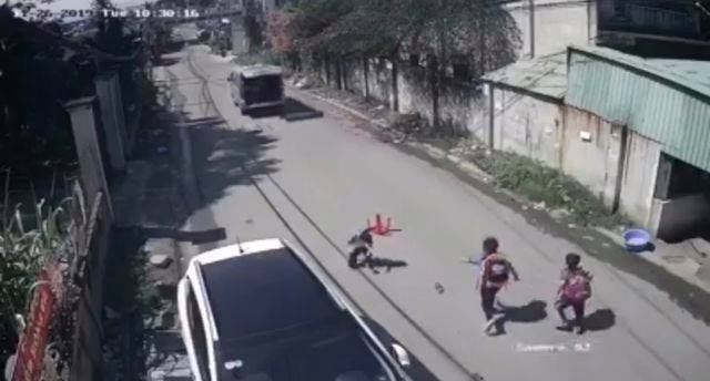 Yêu cầu báo cáo vụ xe đưa đón làm rơi 3 học sinh xuống đường