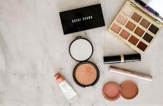 Makeup auf Tisch