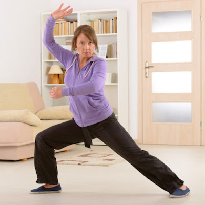 El tai chi mejora tu equilibrio y eso conduce a una reducción del 20% al 60% en las caídas. Esta actividad agudiza todas las habilidades que necesitas para mantenerte erguido(a): fuerza en las piernas, flexibilidad, rango de movimiento, reflejos y conciencia de las sensaciones corporales y concentración mental