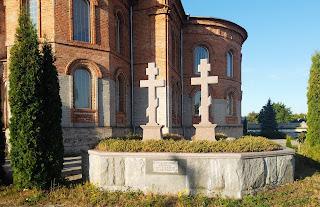 Миропілля. Свято-Миколаївська церква. Могили священників і пам'ятний знак жителям, які постраждали в роки лихоліття