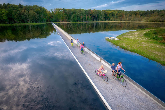 Bokrijk Cycling through the water