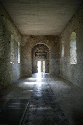 Ein leere Kirche mit geöffnetem Kirchenportal