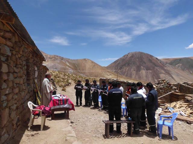 Messe im Bergbaucamp auf 4600 Meter Höhe