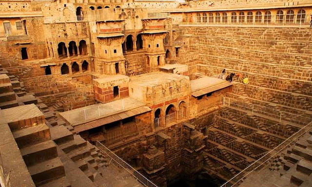 Dausa - Visit the palace with its wells at a giant step