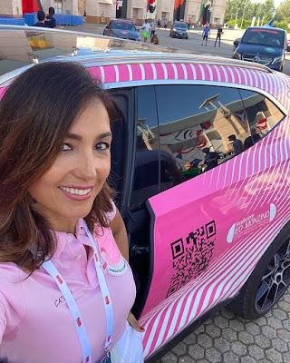 Caterina Balivo con la macchina rosa bella giornata