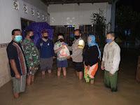 PEDULI WARGA TERDAMPAK BANJIR, TNI-POLRI SAMARINDA SEBERANG SALURKAN BANTUAN