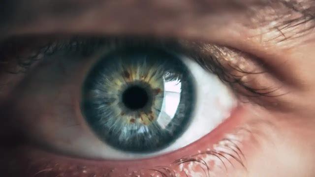 दाईं आंख का फड़कना क्या संकेत देता है?