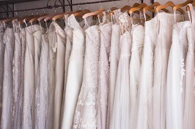 Vestidos de novia en un perchero