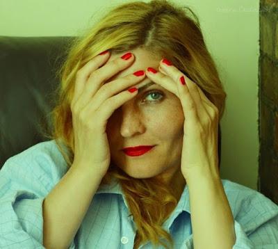 Femeie matura blonda cu buze si unghii rosii