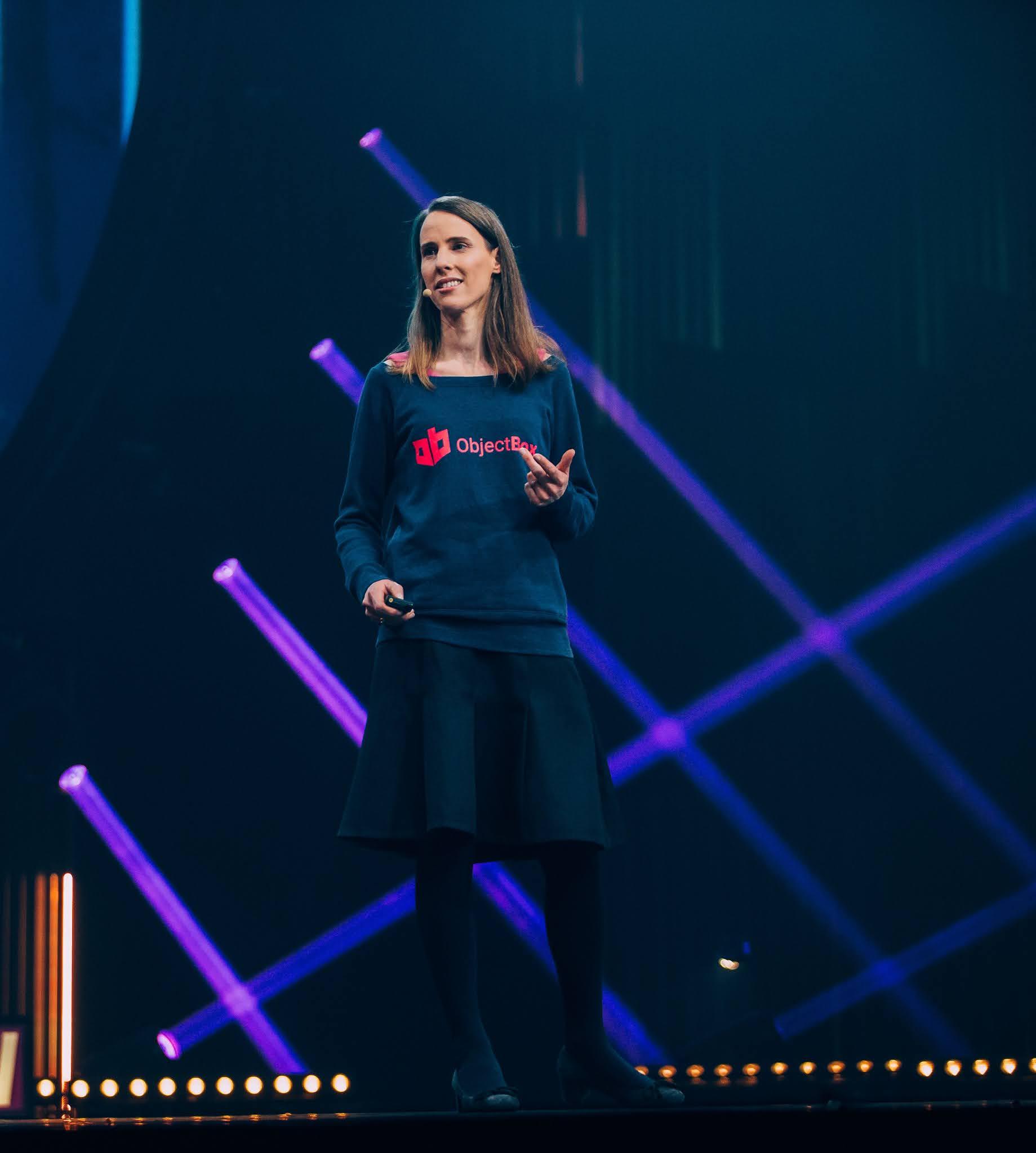 Ein Foto von Dr. Vivien Dollinger, Gründerin und CEO von ObjectBox auf einer Bühne