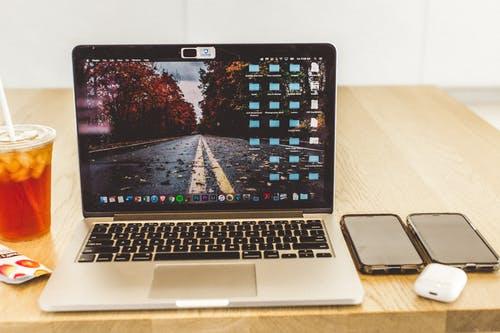 كيفية توصيل AirPods بجهاز MacBook Air