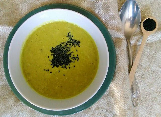 Krem z szparagów,  kurkumą i czarnuszką