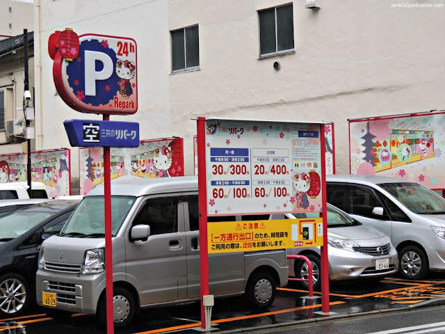 Parking en Tokio con Hello Kitty