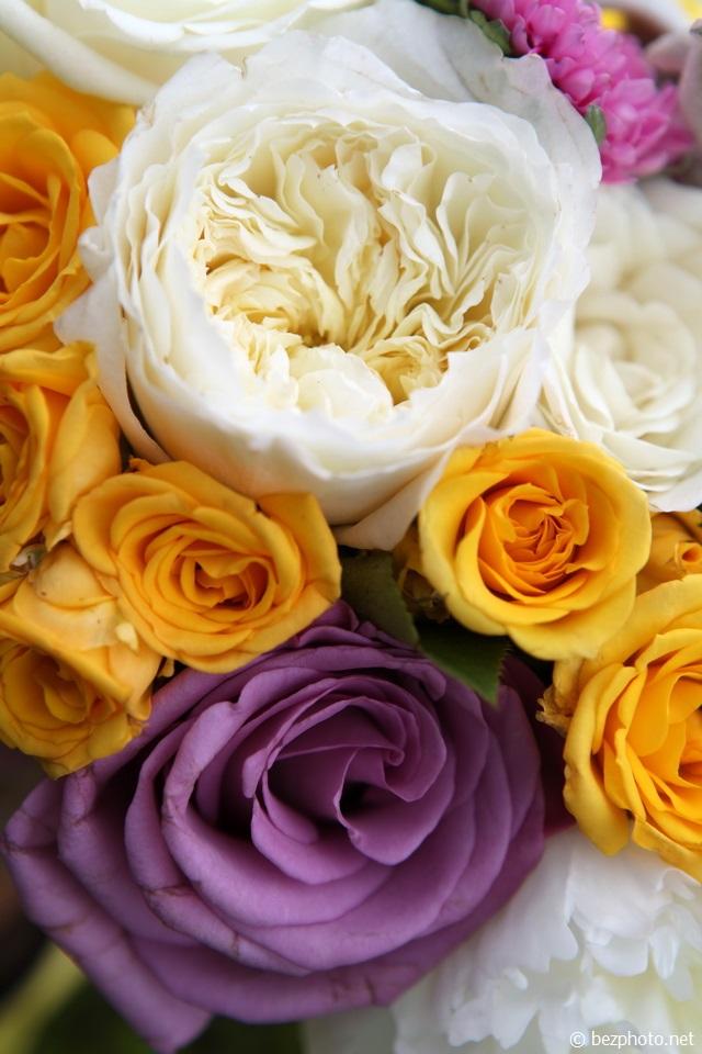 букет из белых и желтых хризантем
