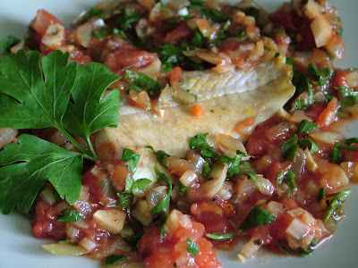 Filet rybny w pomidorach czosnkowych