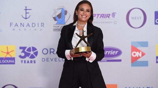 هند صبري تحتفل بحصدها جائزة أفضل ممثلة في مهرجان الجونة|آن مكس