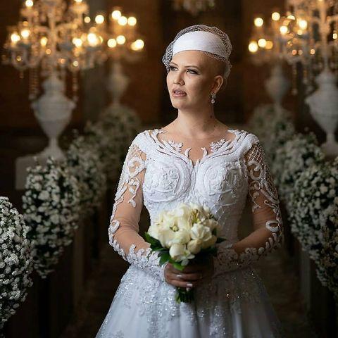 """Düğüne Sadece İki Ay Kala Kansere Yakalandı  Düğüne sadece iki ay kala Cinthiaadlı bu kızda, mide kanseri keşfedildi. Haberler o kadar güçlüydü ki beraberinde çok fazla korku, güvensizlik, ağır bir tedavi, ameliyat ve neredeyse tüm kadınların korktuğu şeylerden biri olan saç dökülmesini getirdi. Keşfettiği gün çok ağladı, korktu, acı çekiyordu ve geceyi Tanrı'ya merhamet için haykırarak geçirdi ve Tanrıya yaşamak için her şeyi ona vermek için teslim etmeye karar verdi. Ve sonra bir dizi inceleme, konsültasyon ve tedaviden sonra kanserin sadece midede lokal olduğunu keşfetti. Ve tüm gelinler gibi, daha büyük bir heyecan, gerginlik içinde yaşadıkları anda, Cinthia sakinliği, dinginliği ve Tanrı tarafından bakılmanın güvenini yaşayabildi.  Cinthia, """"Bugünlerde bazı değişiklikler geçirdim ve güzelliğimin güzel saçlara sahip olmanın ötesine geçtiğini Tanrı'dan öğrendim, aynaya bakıyorum ve kendimi güzel, hatta kel bile olsamda güzel hissediyorum"""" diyor.  Evliliği 16 Haziran 2018'de gerçekleşti. Ve kanseri yenmeyi başardı Bu güzel bir hikaye mi, değil mi? Daha fazlasını görmek içinyyukarı  kaydırın, ardından yorumunuzu bırakın."""
